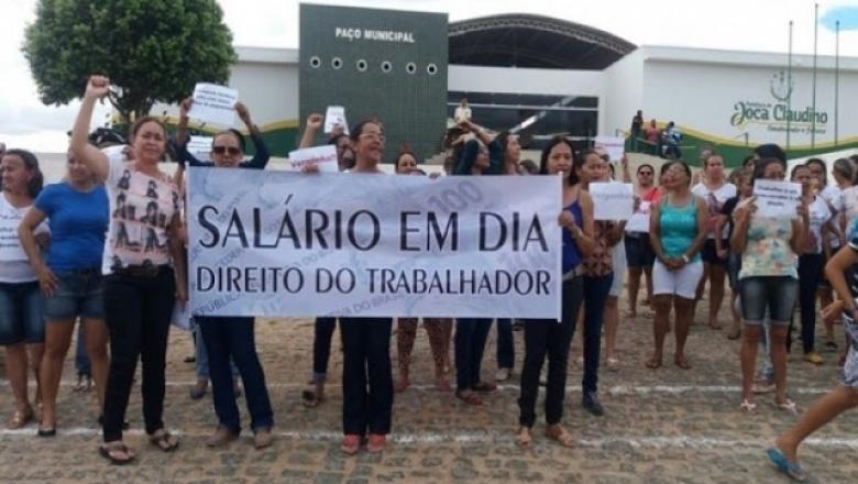 Servidores param mais uma vez em Joca Claudino para cobrar salários atrasados; ouça áudio